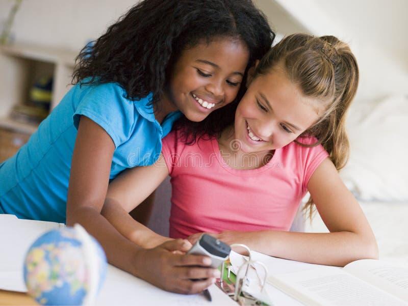 uwagę rozproszona dziewczyny praca domowa ich potomstwo fotografia stock