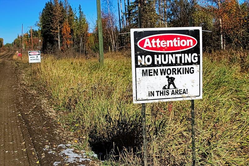 Uwaga żadny polowanie, mężczyźni pracuje znaka obrazy stock
