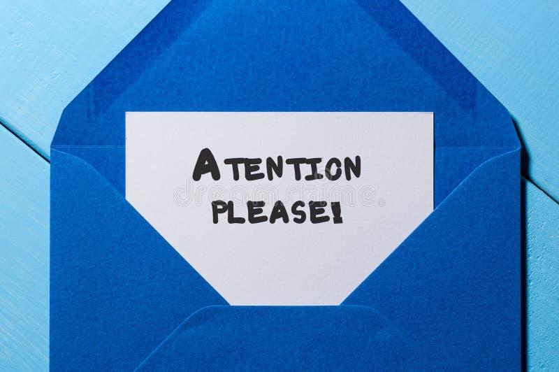 Uwaga Zadawala notatkę przy błękitną kopertą fotografia stock