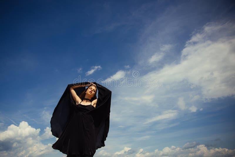 Uwalnia i szczęśliwy przyszły sukces Dziewczyna na niebieskim niebie Piękna i mody styl Kobieta z mody spojrzeniem Radosna śliczn obraz stock