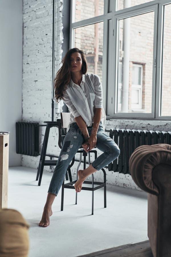 Uwalnia twój fabulosity Atrakcyjna młoda kobieta w przypadkowej odzieży spojrzeniu obraz stock