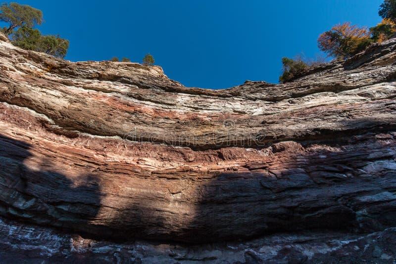 Uwarstwione osadowe skały fotografia stock