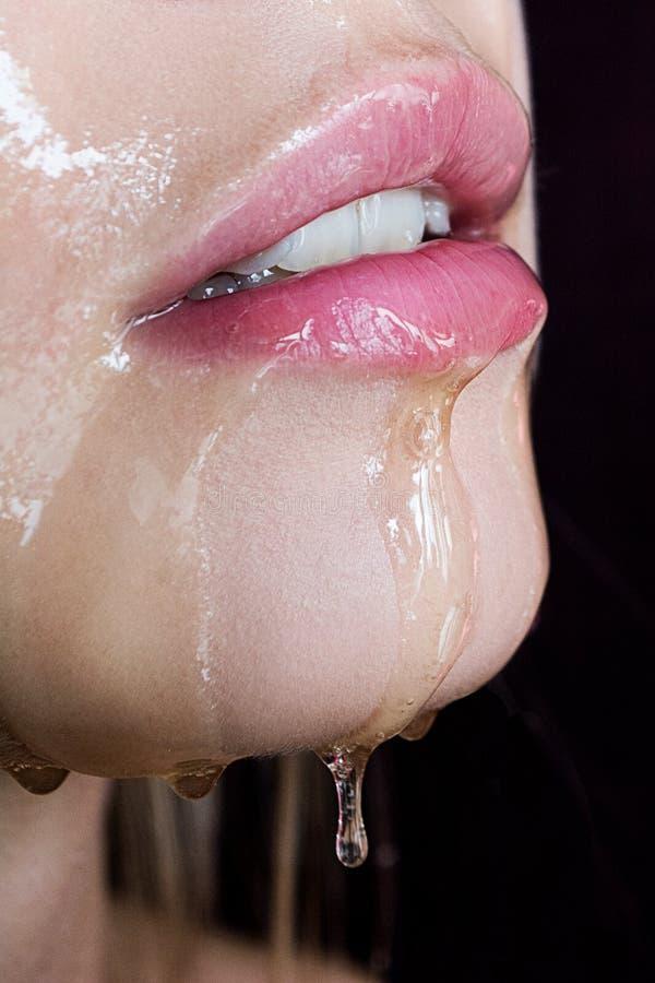 Uwodzicielska blondynka z pięknym makijażem Różowy cień, piękna seksowna dziewczyna portret Czuła dziewczyna Piękna dziewczyna z  fotografia royalty free