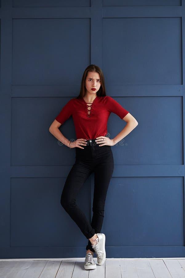 Uwodzicielski nikły model z czerwonymi wargami pozuje przy studiiem fotografia stock