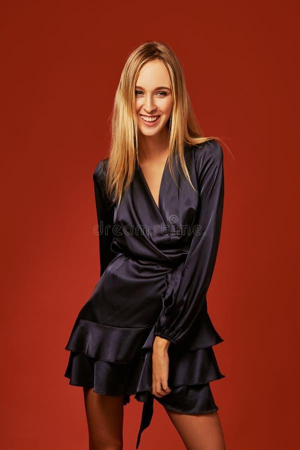 Uwodzicielski zakończenie w górę portreta piękna blondynki młoda kobieta w koktajl sukni obrazy royalty free