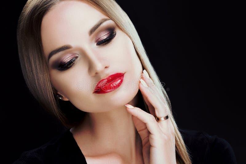 Uwodzicielski zbliżenie portret piękna kobieta z jaskrawym makeup, czerwone wargi, błyszczący włosy Pracowniany portret na czerni zdjęcia stock