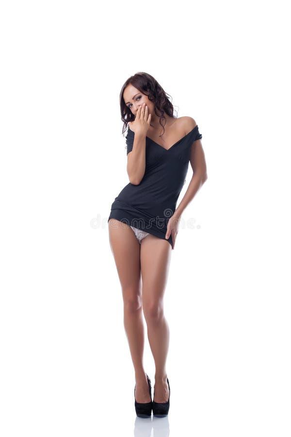 Uwodzicielskiego schudnięcia wzorcowy pozować w czarnej tunice zdjęcie stock