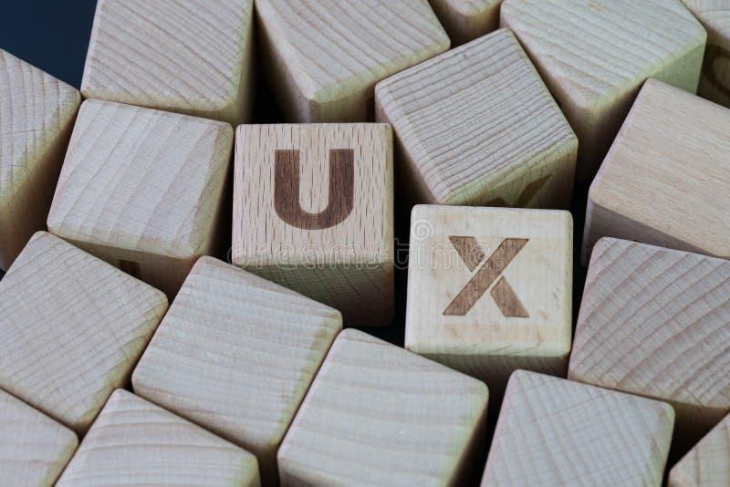 UX, идея проекта опыта потребителя, слово UX комбайна блока куба деревянное, развитие путешествия и взаимодействие между продукто стоковые фото