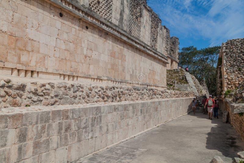 UXMAL, MÉXICO - 28 DE FEBRERO DE 2016: Turistas en el complejo de edificio de Quadrangle Cuadrangulo de las Monjas de la monja en fotografía de archivo
