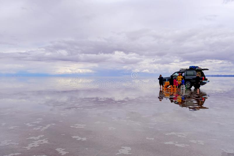Uyuni,玻利维亚, 2018年1月31日:游人吃午餐在Uyuni著名盐湖舱内甲板,大众观光业, Uyuni 库存图片