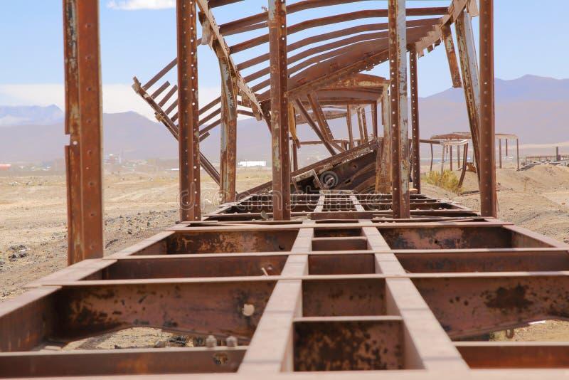 UYUNI, ΤΟ ΔΕΚΈΜΒΡΙΟ ΤΟΥ 2018 ΤΗΣ ΒΟΛΙΒΊΑΣ: Νεκροταφείο τραίνων στη βολιβιανή έρημο στοκ εικόνα