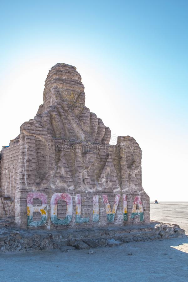 UYUNI, BOLIVIA DICIEMBRE DE 2018: El monumento de Dakar Bolivia hecho de ladrillos de la sal Uyuni, Potosi, Bolivia foto de archivo libre de regalías