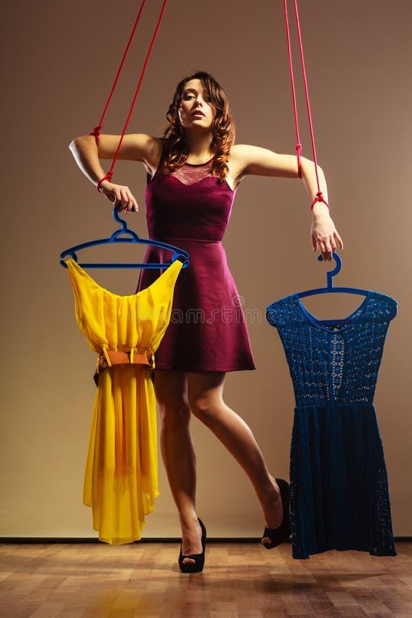 Uzależniający się robić zakupy kobiety dziewczyny marionetki z odziewa fotografia stock