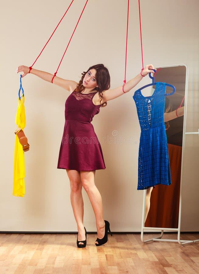 Uzależniający się robić zakupy kobiety dziewczyny marionetki z odziewa zdjęcia stock