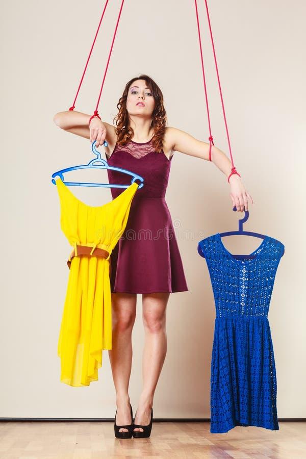 Uzależniający się robić zakupy kobiety dziewczyny marionetki z odziewa obraz royalty free