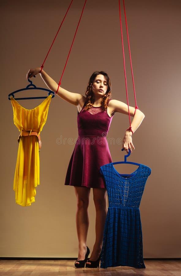 Uzależniający się robić zakupy kobiety dziewczyny marionetki z odziewa zdjęcie royalty free