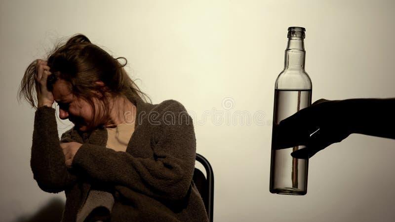 Uzależniony żeński cierpienia wycofania syndrom, niechętny pić, zależność zdjęcia royalty free
