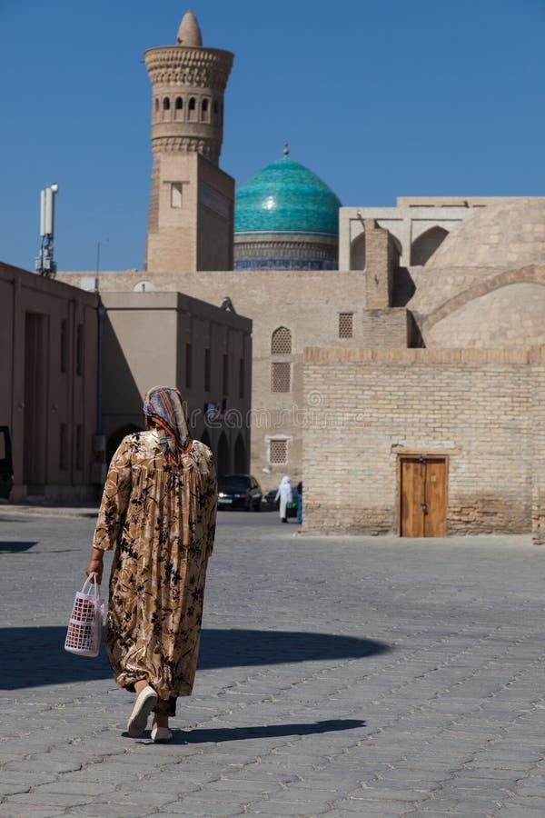 Uzbek kobieta na ulicie w Bukhara, Uzbekistan zdjęcia royalty free