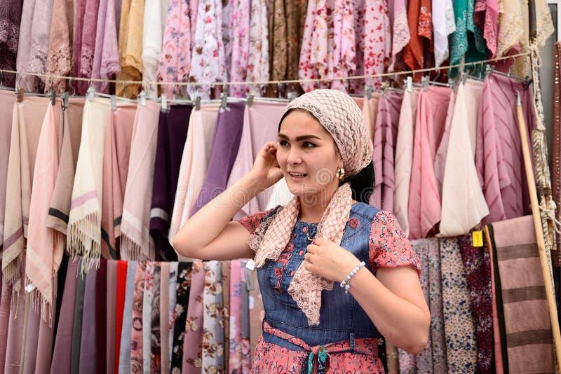 Uzbek kobiety sprzedaje na Margilan bazzar, Fergana dolina, Uzbekistan zdjęcia stock