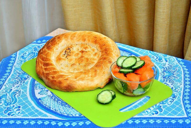 Uzbeka flatbread i świeża zielona sałatka obraz royalty free
