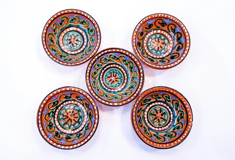 Uzbeka garncarstwo - puchar robić ceramics Gijduvan który kłama blisko Bukhara, uwydatniają ciepłych Złotych i brown kolory obrazy royalty free