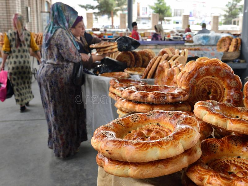 Uzbekiska kvinnor och traditionellt m?lbr?d, Margilan, Fergana Valley, Uzbekistan royaltyfri bild