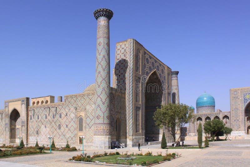 Uzbekistan Samarkand Veiw på Ulugh tigger och Tilya-Kori Madrasahs royaltyfri foto