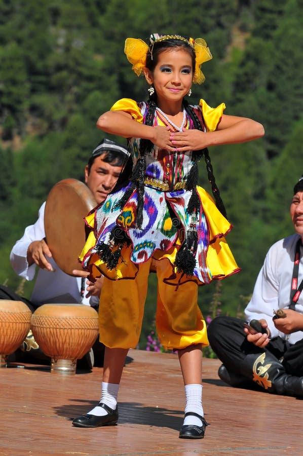 Uzbekistan-Tanz-Gruppe stockfoto