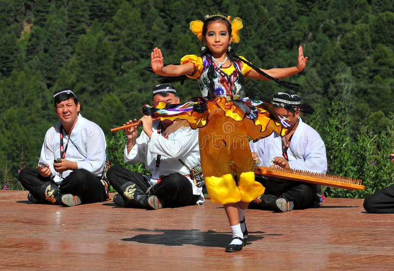 Uzbekistan-Tanz-Gruppe lizenzfreie stockfotos