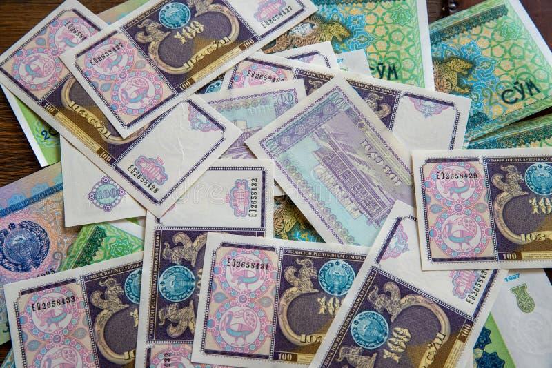 """Uzbekistani ainsi """"m s'étendant à plat sur la table photographie stock libre de droits"""