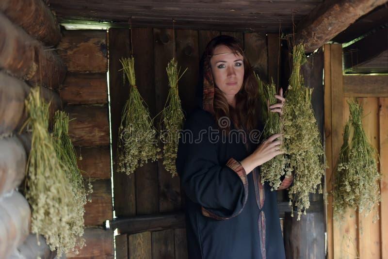 Uzdrowiciel z wysuszonymi ziele zdjęcie stock