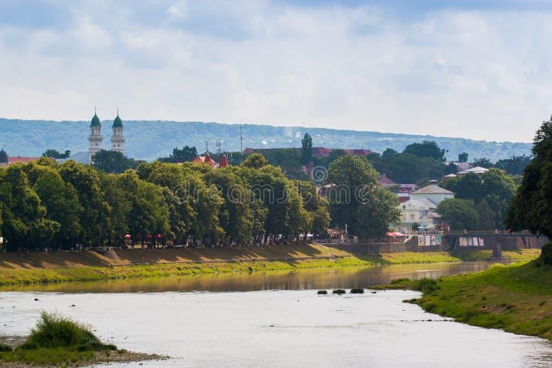 UZGHOROD - CZERWIEC 23: piękny widok brzeg rzeki w Uzghor fotografia stock