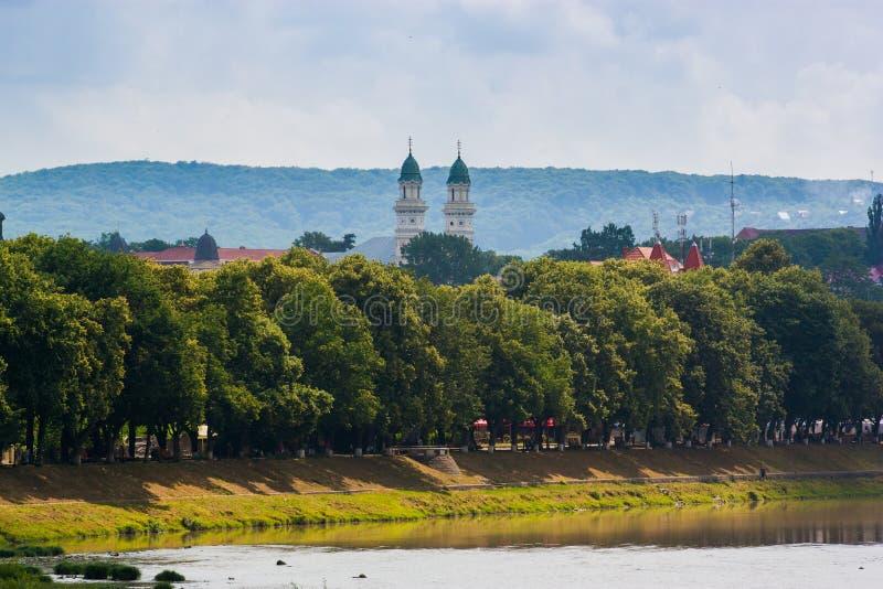 UZGHOROD - 23 JUNI: mooie mening van een rivierbank in Uzghor stock afbeeldingen
