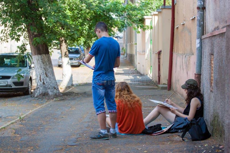 UZGHOROD - JUNI 23: tre målarearbeten på gatan i Uzghor royaltyfri bild