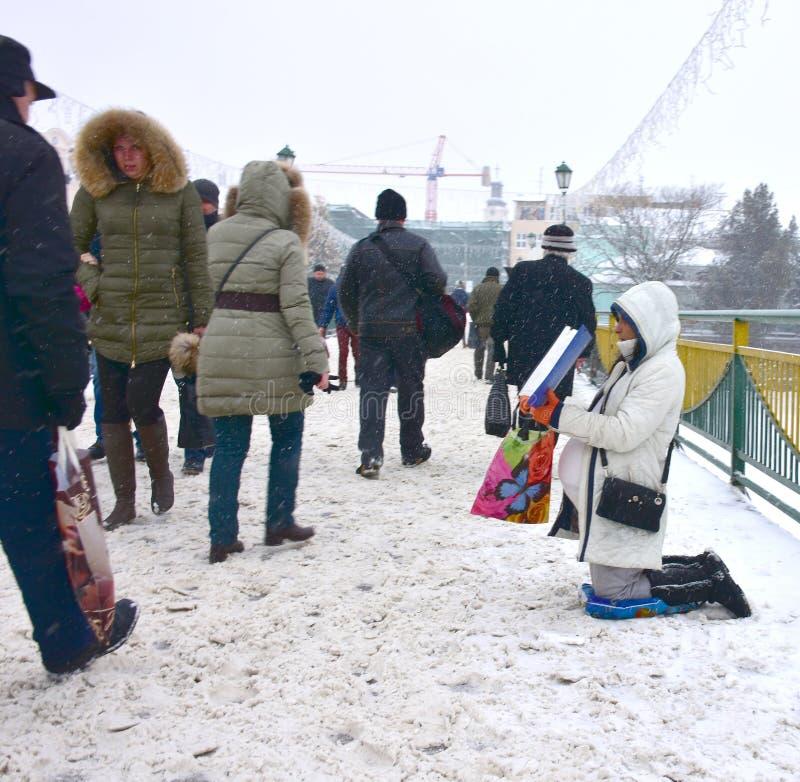 UZHGOROD, ΟΥΚΡΑΝΙΑ - 13 ΙΑΝΟΥΑΡΊΟΥ 2017: Η φτωχή έγκυος γυναίκα αρχίζει στοκ εικόνες