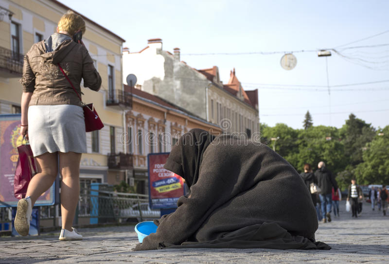 UZHGOROD, ΟΥΚΡΑΝΙΑ - 3 ΜΑΐΟΥ 2017: Φτωχή ηλικιωμένη γυναίκα που ικετεύει για τις ελεημοσύνες στοκ φωτογραφίες με δικαίωμα ελεύθερης χρήσης