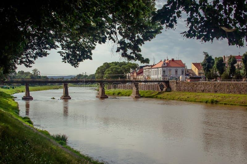 Uzhgorod, de Oekraïne, 28 Juni, 2017: Een brug over de rivier in t royalty-vrije stock afbeeldingen