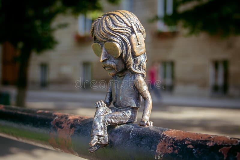 Uzhgorod, de Oekraïne, 28 Juni, 2017: Minibeeldhouwwerk van John Douglas stock fotografie