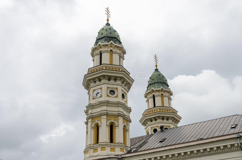 UZHGOROD, UCRAINA - MAGGIO 2019: Copre con una cupola la cattedrale trasversale santa cattolica greca di Uzhgorod fotografia stock