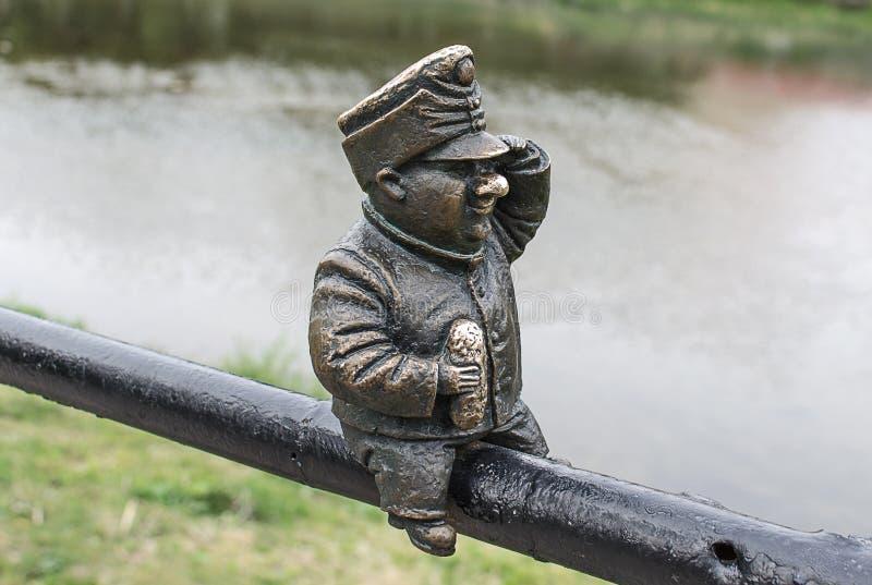 UZHGOROD, UCRANIA - 2 DE MAYO DE 2017 - pequeña estatua de bronce del soldado Svejk Brave foto de archivo