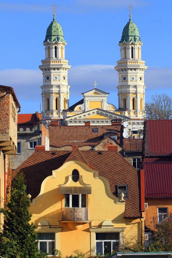 Uzhgorod, Ucrania, vista de la ciudad y de la catedral católica griega en el fondo foto de archivo