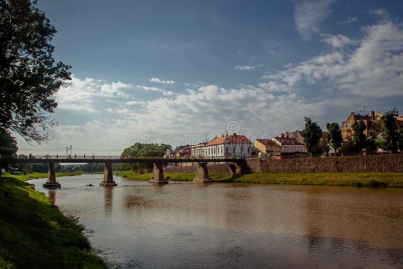 Uzhgorod, Ukraina, Czerwiec 28, 2017: Most przez rzekę w t zdjęcia royalty free