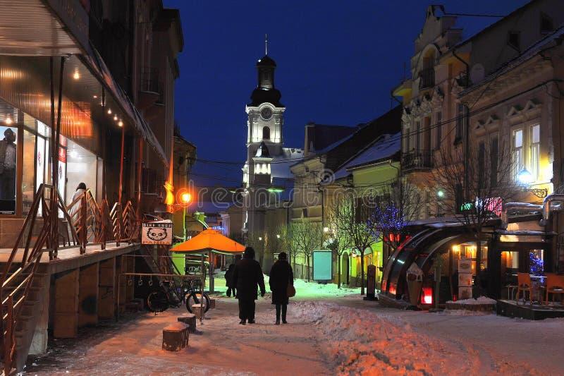 Uzhgorod Ukraina STYCZEŃ 7, 2017 w centrum zimy nocy Śnieżny miasto Uzhgorod Ukraina zdjęcie stock