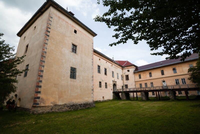 Uzhgorod, Ukraine - 27. Juli 2009: Altes Uzhgorod-Schloss in Ukraine an einem sonnigen Tag lizenzfreies stockbild