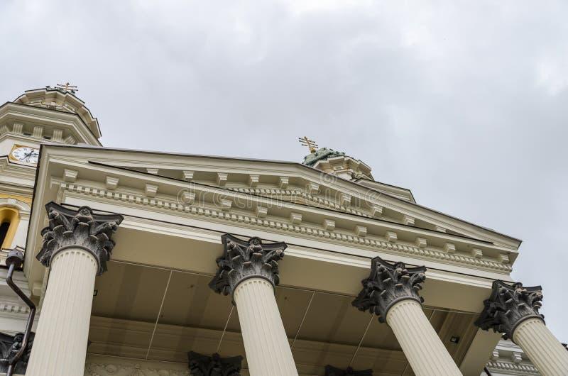 UZHGOROD, UKRAINE - MAI 2019 : Modèles sur la cathédrale croisée sainte catholique grecque d'Uzhgorod de colonnes photos stock