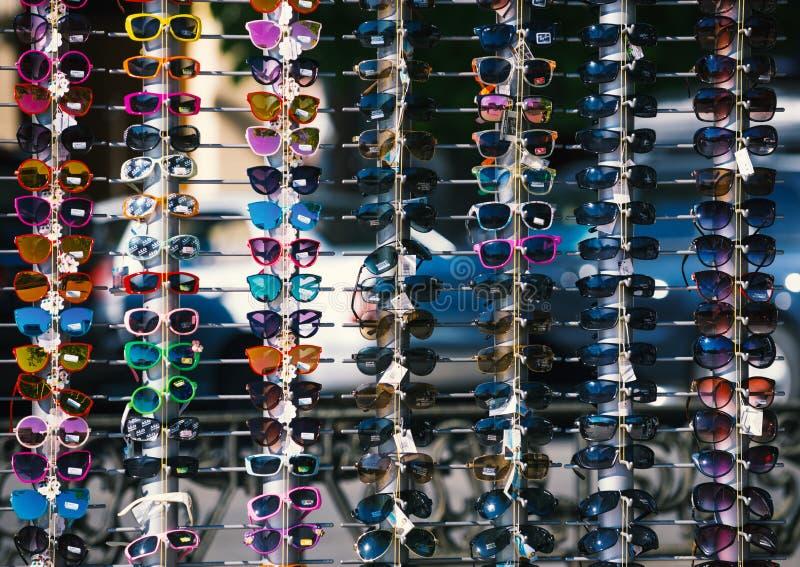 """UZHHGOROD, DE OEKRAÏNE € """"16 APRIL, 2019: Reeks zonnebril op vertoning voor verkoop in Uzhhorod stock afbeelding"""
