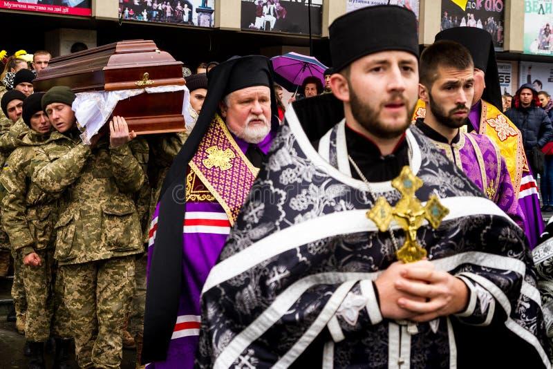 In Uzhhorod-Abschied zum Soldaten, der an den Wunden in der ATO-Zone starb lizenzfreie stockfotos