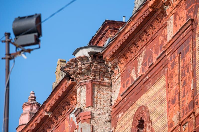 UZHHOROD, DE OEKRAÏNE - FEBRUARI 17, 2019: Detail van de geruïneerde voorgevel van een historische de bouwsynagoge royalty-vrije stock foto's