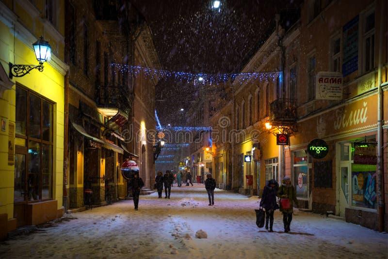 UZHHOROD, de OEKRAÏNE - 15 Januari, 2019: Weergeven van de stad met sneeuw bij nacht in Uzhhorod, de Oekraïne wordt bedekt die royalty-vrije stock afbeelding