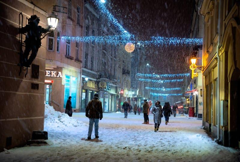 UZHHOROD, de OEKRAÏNE - 15 Januari, 2019: Weergeven van de stad met sneeuw bij nacht in Uzhhorod, de Oekraïne wordt bedekt die royalty-vrije stock foto's